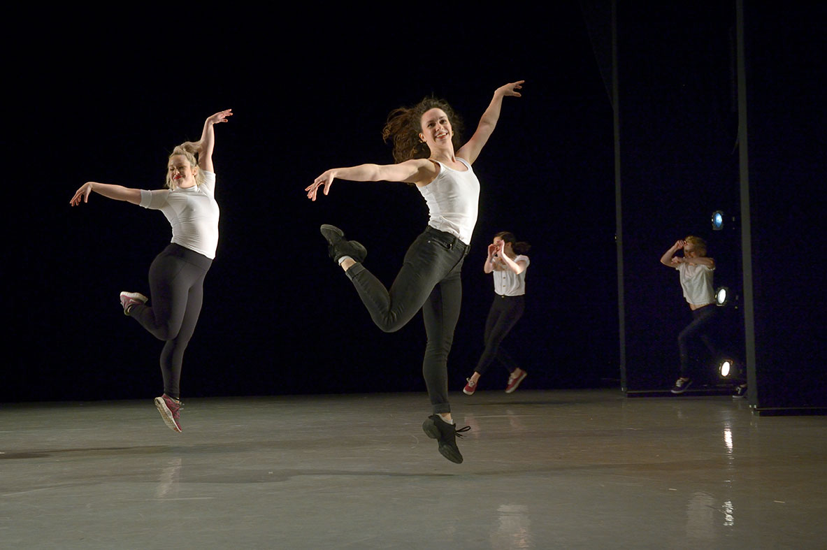 """""""Six Gals, for Themselves"""" choreographed by Danielle Diniz. Photo: Jan La Salle"""